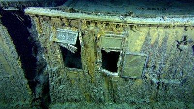 A sx si vede il giunto di dilatazione - accanto le finestre che facevano parte degli alloggi ufficiali