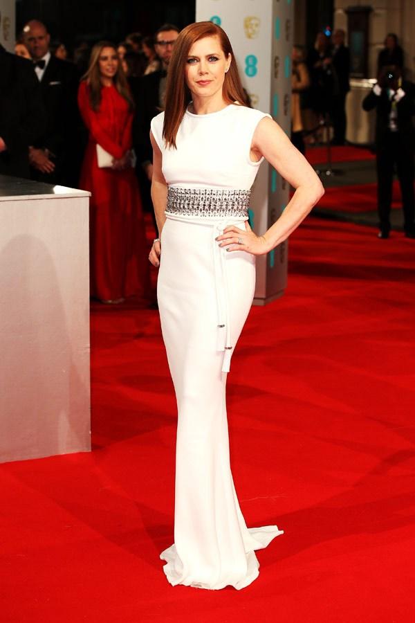 Amy Adams ha scelto un abito bianco scintillante (risalta tantissimo sul red carpet, non trovate?) di Lanvin, che le fascia il corpo in tutta la sua altezza. Che dire, non ha proprio nulla da invidiare ad una vent'enne.