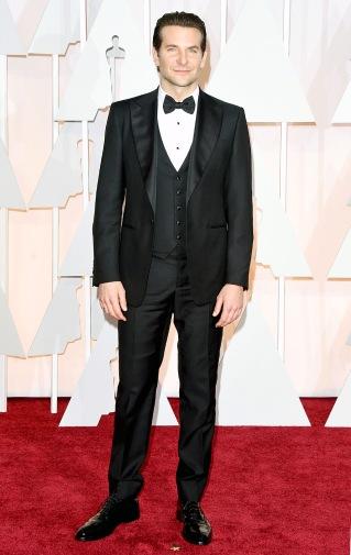 Bradley Cooper in Salvatore Ferragamo. Da buon figlio di mamma italiana, non poteva certamente presentarsi agli Oscar con un brand non Made in Italy. Ottima scelta!