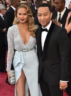 John Legend e la moglie Chrissy Teigen in Zuhair Murad Couture. Bellissimi! Sexy lei, elegantissimo lui: a loro va l'Oscar come miglior coppia da red carpet.