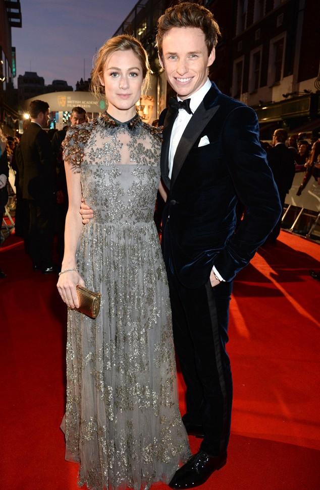 """Eddie Redmayne (in Armani) si è fatto accompagnare dalla neo mogliettina Hannah Bagshaw, che indossa un """"prezioso"""" Valentino. La coppia appare davvero fine e raffinato, perfetta per l'evento."""