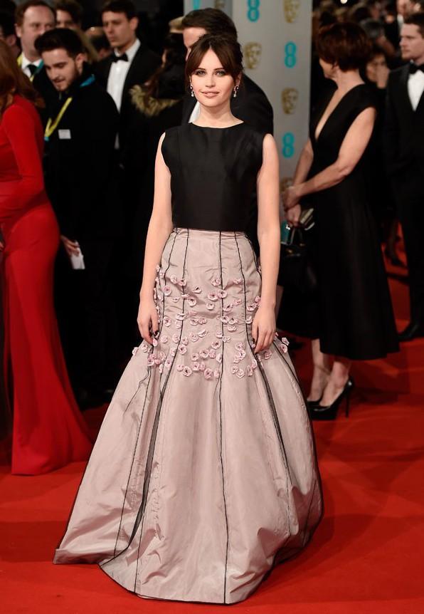 Felicity Jones indossa Christian Dior Couture. L'abito non è tra i miei preferiti, ma il colore della gonna e i fiorellini applicati si sposano perfettamente con il suo viso fresco e pulito.