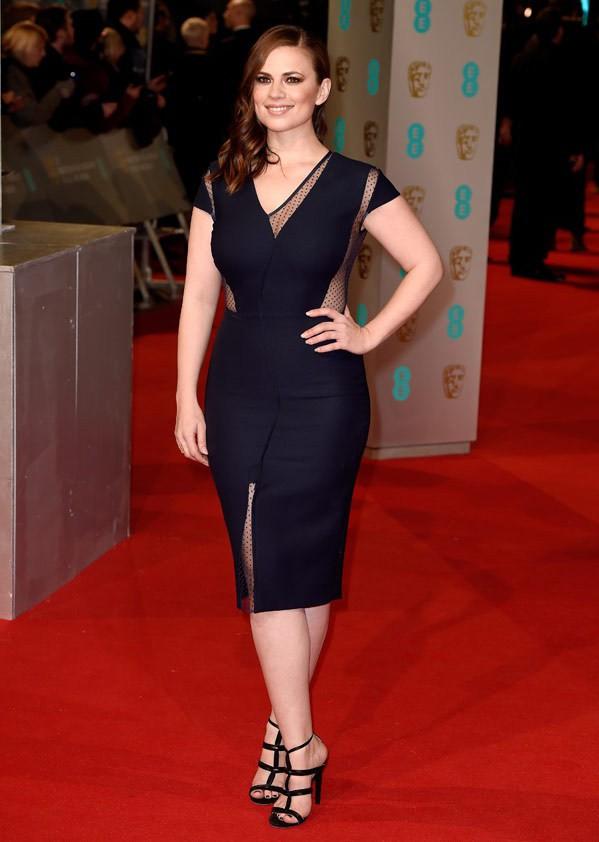 La giunonica Hayley Atwell ha scelto un abito longuette e fasciante. Considerando anche gli inserti velati, il risultato è davvero sensuale.