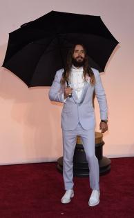"""Jared Leto in Givenchy. Questo è quello che intendo quando parlo di """"osare"""". Il capello biondo più invidiato di tutta Hollywood ha saputo osare e, per quanto mi riguarda, ha centrato l'obiettivo (scarpe da infermiere a parte)."""