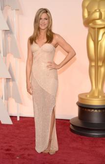 Jennifer Aniston in Atelier Versace. Questa donna non invecchia mai? In questo abito lungo, con spacco che mostra il polpaccio, sembra una vent'enne.