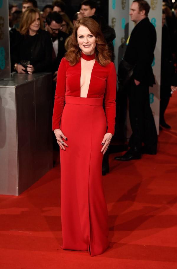 Rosso anche per Julianne Moore, avvolta in un semplice ma sofisticato Tom Ford. La scollatura profonda è da 10 e lode!