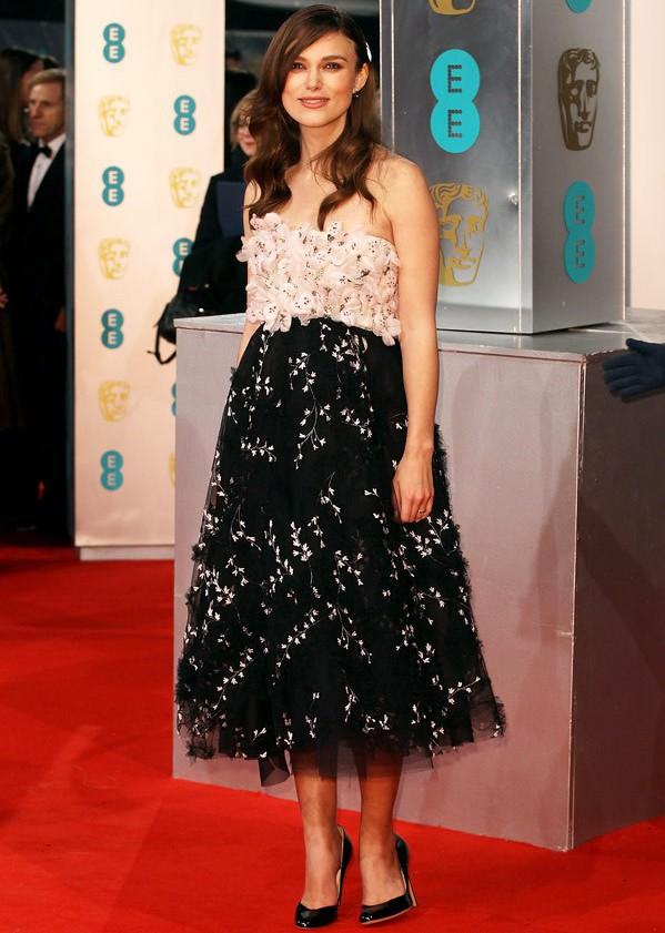 """Finalmente Keira Knightley è tornata fra noi! Dopo vari red carpet un po' deludenti, l'attrice di """"The Imitation Game"""" si è presentata in splendida forma ai BAFTA 2015 indossando un Giambattista Valli, tanta eleganza e tanta freschezza."""